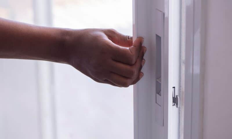 Comment installer une serrure de porte coulissante ?